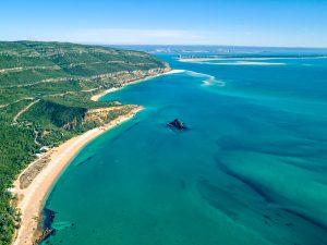 Plage sur littoral de Setubal au Portugal